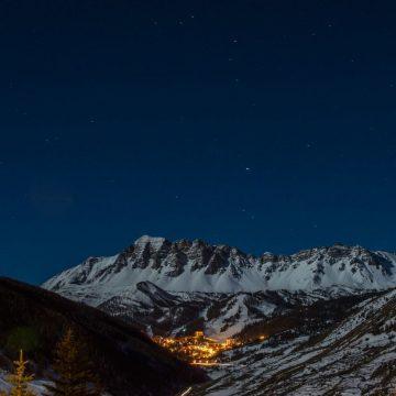 Niebo w górach nocą