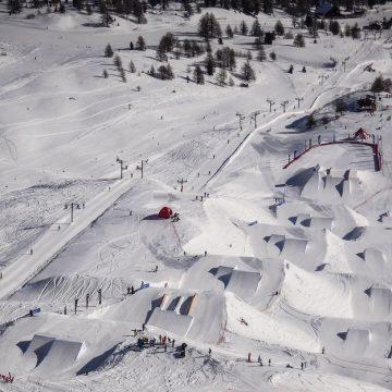 Widok stoku narciarskiego z lotu ptaka