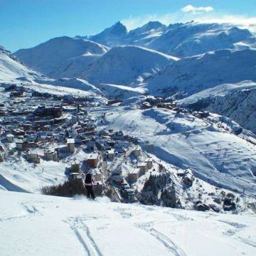 alpe-d-huez-skier-above-town