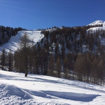 Widok stoku narciarskiego