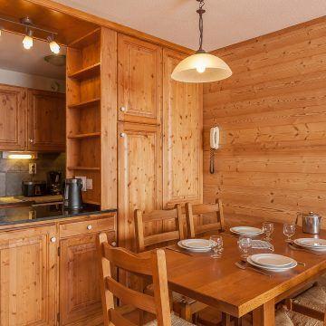 les_balcons_de_val_thorens_appartement_321_type_2_4_pers_table_cuisine_img_8367_acr8_web_2048